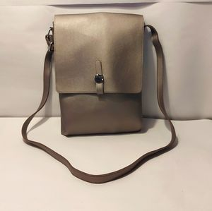 CROSSBODY MESSANGER BAG WITH LOCK STRAP.